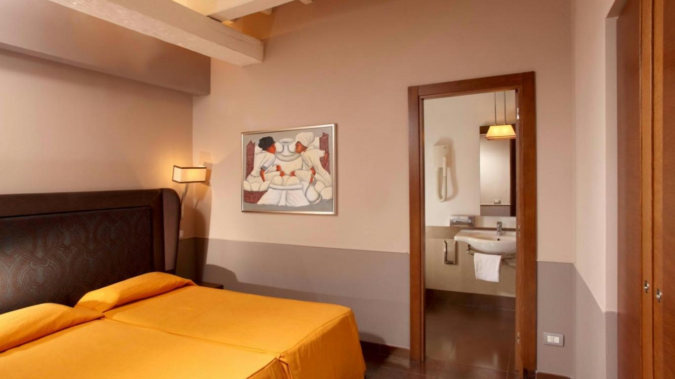 relais-condotti-palace-rome-rooms-12